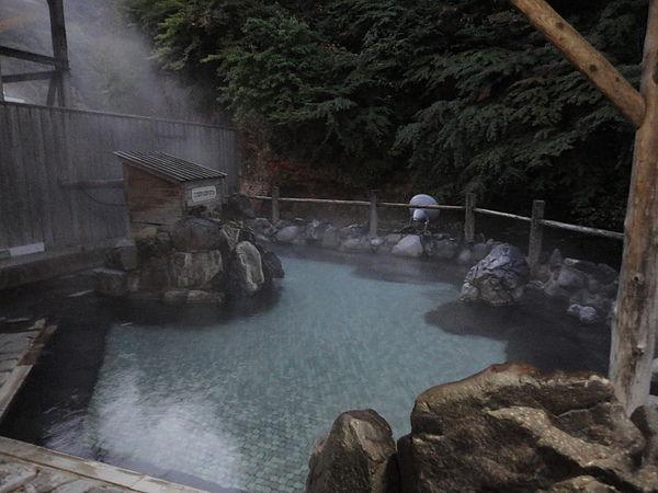 眼前是「豊沢川」的溪流露天風呂