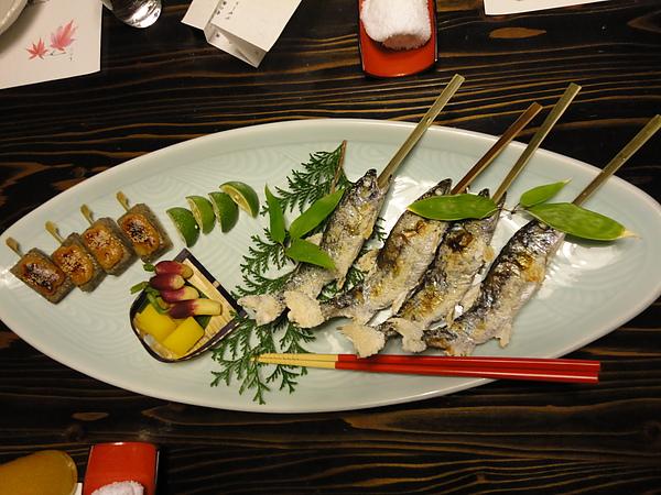 鹽燒山女魚和烤味增蒟蒻,其中的山女魚肉質超細,還有漬物中的超迷你蘿蔔也很好吃