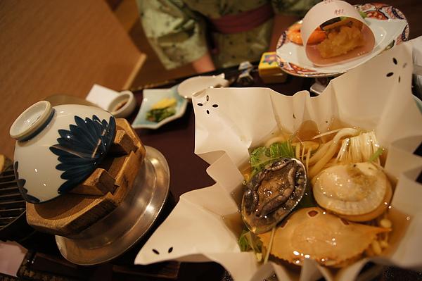 接著我們回到住宿的つなぎ温泉「愛真館」用餐,這是用料豐富的海鮮鍋,有鮑魚、螃蟹、帆立貝等高級食材