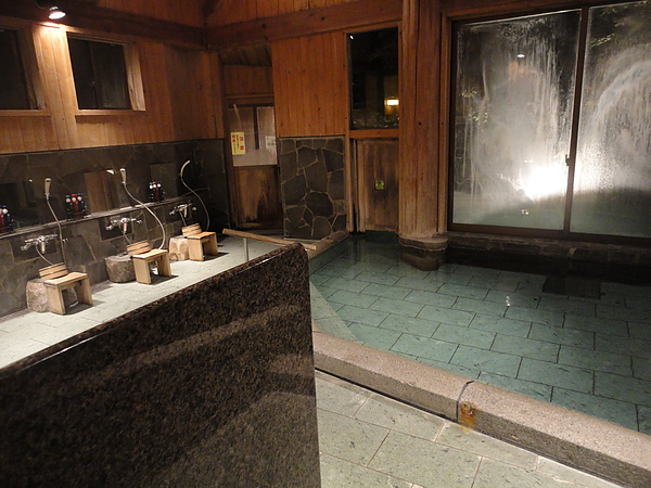 首先選擇半露天風呂「しだないの湯」,此風呂的最大特色是只要通過連接於湯池旁的活動小門即可到達露天風呂「打たせ湯」