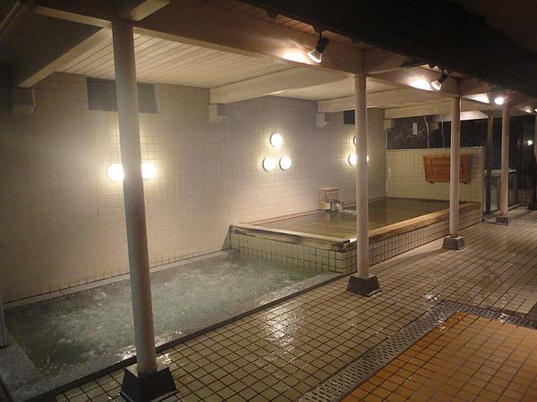 泡完露天風呂後繼續前往室內風呂,這是內風呂中的泡風呂,浸泡其中就像有無數隻手在幫你做全身按摩般的舒適