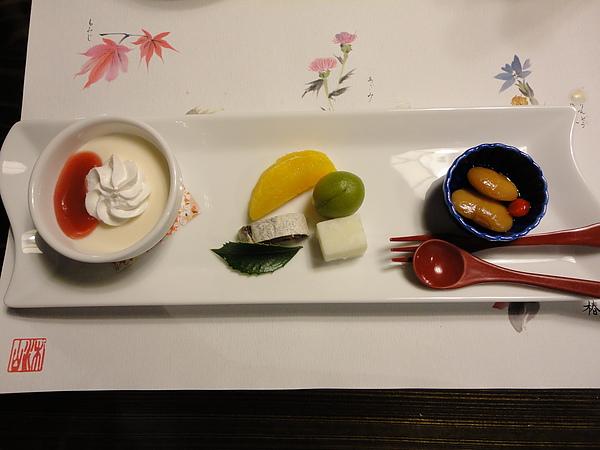 最後一道是甜點,我最愛左邊的奶酪和中間醃梅下方的椰子奶糕,這2種的奶味超級重,好好吃阿