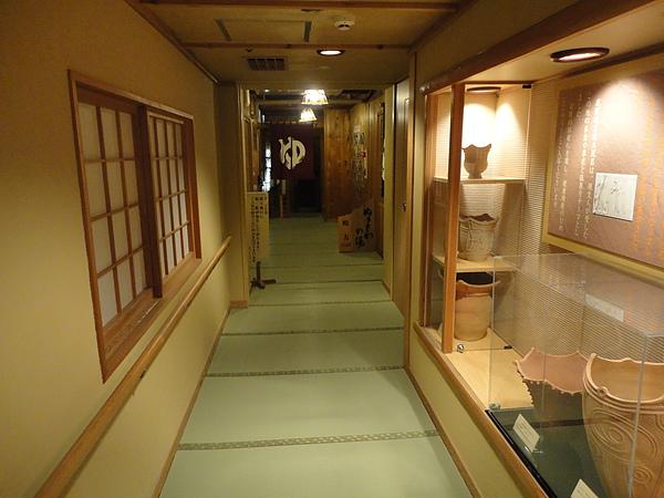 階梯上方長廊處設有珍貴的『萪内(しだない)遺跡』展示櫃