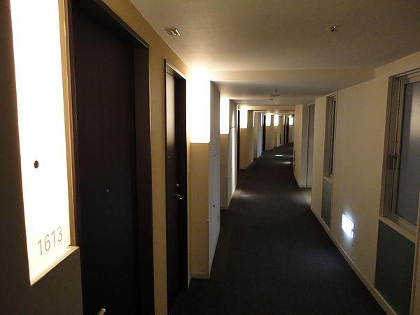 飯店內部則走極簡時尚風