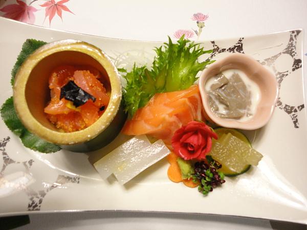 刺身系列,左上角的醃漬鮭魚加蝦卵,還有中間的鮭魚、花枝刺身都超棒