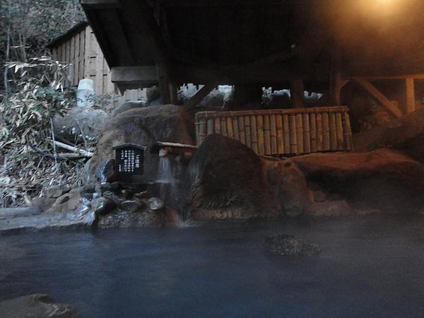 源頭處附近的水溫特別高,泡起來超舒服