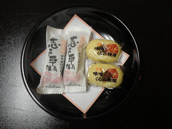 行程結束後我們前往當晚住宿的飯店「湯の杜 ホテル志戸平」,這是房內的免費和菓子,好吃不過甜