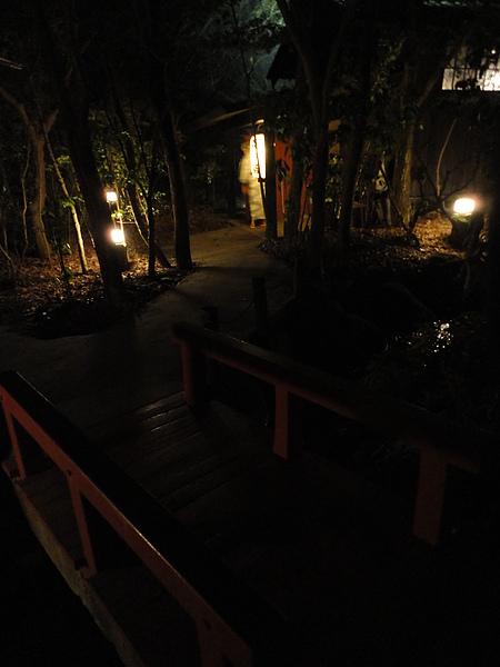 通過這個朱紅色木橋,就能看到第2顆森の湯的燈籠
