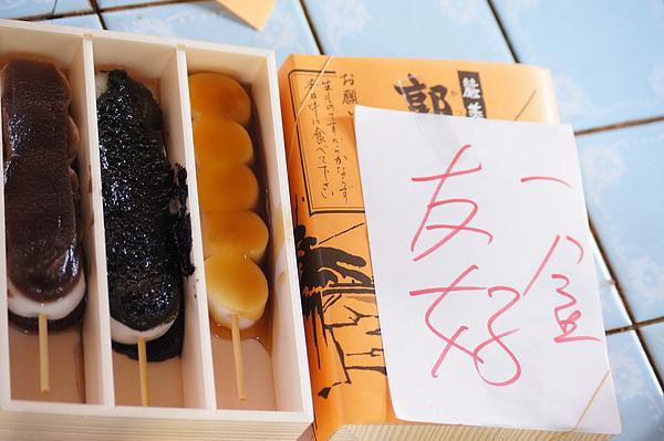 一盒麻糬內共有甜醬油、芝麻、紅豆3種口味,彈Q的麻糬配上很對味的醬汁,喔依細