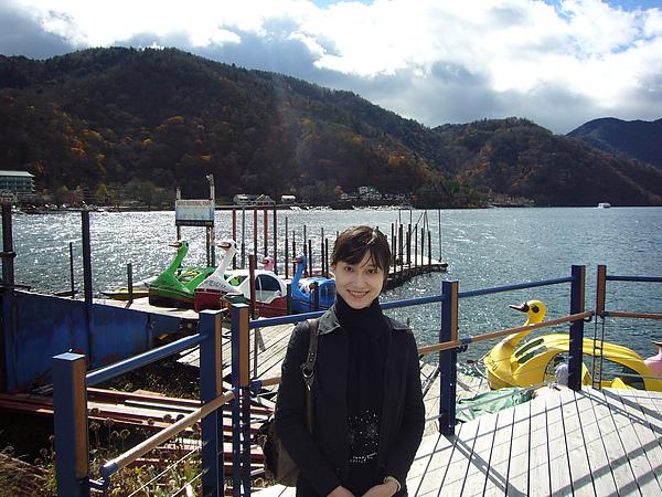 遊覽中禪寺湖的最佳選擇就是搭乘遊覽船,此外也可以選擇搭後方的天鵝號欣賞湖光山色