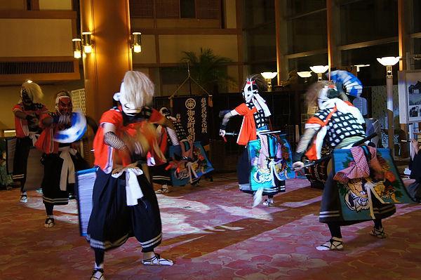 根據劇目的不同,舞蹈人數從1~8人不等,舞者頭戴長髮頭飾,面戴幸福使者的假面,假面有紅、藍、黃、黑、白5色,其中戴黃色假面的人是舞蹈的中心人物