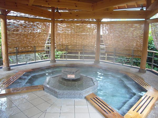 漂亮的八角浴池看來有點像是可供浸泡的八卦陣
