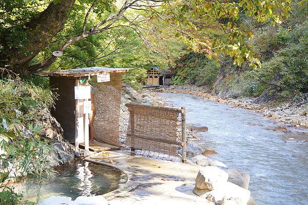 通往元湯夏油溫泉區有2條小徑,直走的話首先會看到混浴池「疝気の湯」,隱身在大樹下的小巧湯池真的很有祕湯的fu