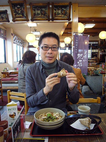 定食中除了山菜蕎麥麵外還包含兩顆小粽子,從沒吃過日本粽子的我們非常好奇它的口味和台灣的有何差異