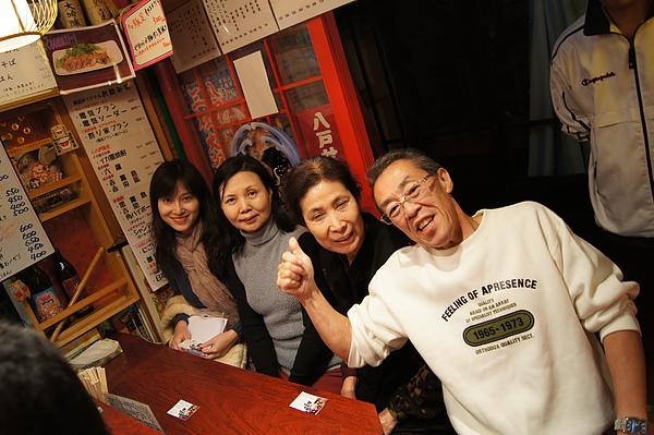 沒想到我們到「祭り家」時已滿座,熱情好客的老闆於是多搬出一張桌椅請日本客人移步,好讓我們坐在「王位」~他身旁的空位