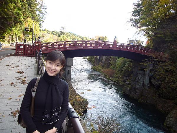 從「森のうた」小さなホテルcheck-out後我們首先前往日本三大奇橋之一的二荒山神橋參觀