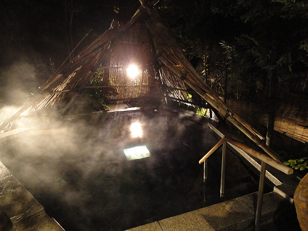 在房間休息片刻後我們隨即泡湯去,這是「竪穴の湯」,是深120cm的立湯