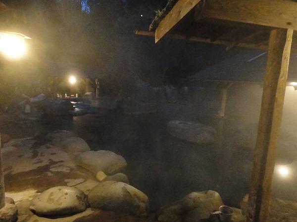 天黑後,溫泉霧氣反而看得清楚,籠罩在霧氣中的仙人風呂別有一番風味