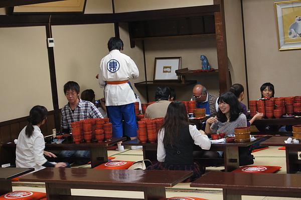 二樓則接待挑戰盛岡名物碗仔蕎麥麵的客人,看看桌上那些像小山般的碗就知道大家都是有備而來的