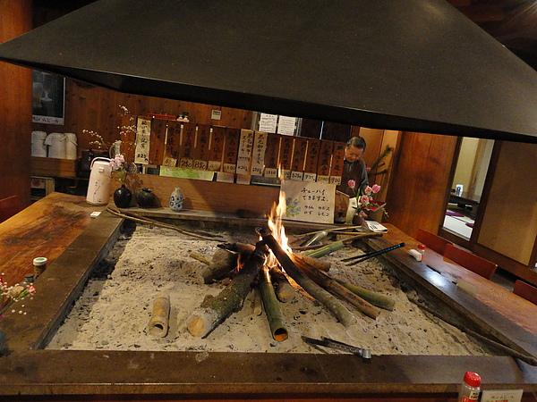 寒冬中,圍在炭火旁吃飯真的好溫暖