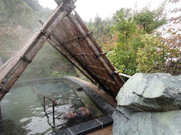 當日「南部曲り家の湯」女湯為「大岩の湯」,湯池左側的地板舖滿可促進血液循環的小碎石,右側地板則由光滑的大理石組成,一次可享二種泡湯樂趣的「大岩の湯」廣受遊客喜愛