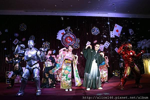 穿者日式新人禮服的新人和表演者一跳日本最受歡迎的舞蹈 超可愛的.jpg