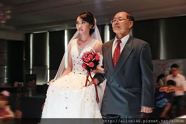 新娘的爸爸牽著女兒進場.jpg
