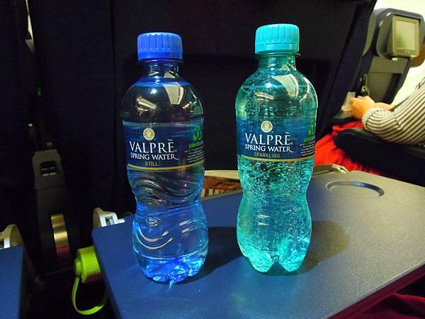 藍色一般水,綠色氣泡水