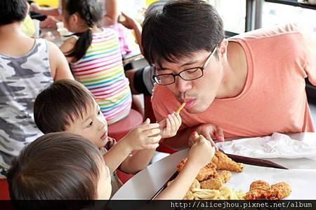 兩個小孩爭相餵食