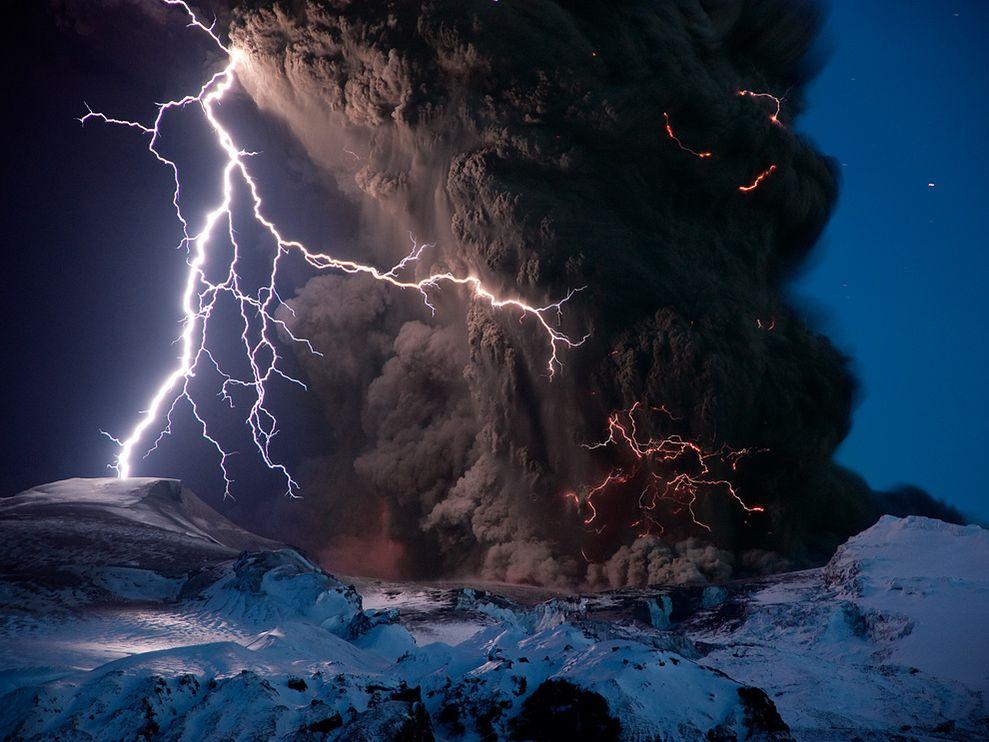 eyjafjallajokull-volcano-lightning-iceland_26742_990x742.jpg
