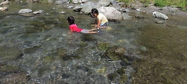 花東小孩戲水