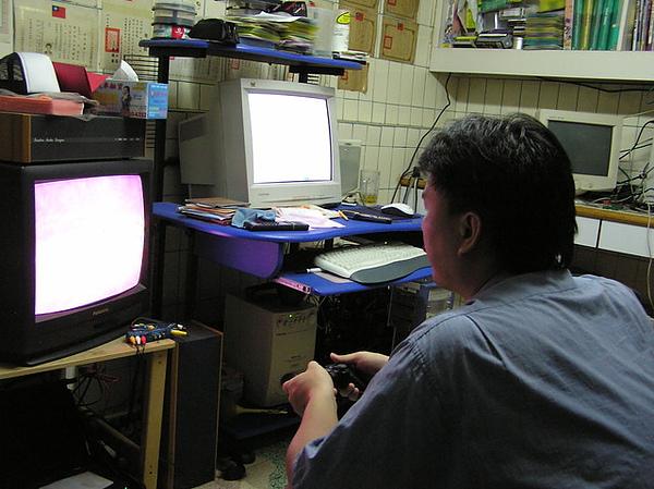 旁邊的電腦隨時查攻略 ...