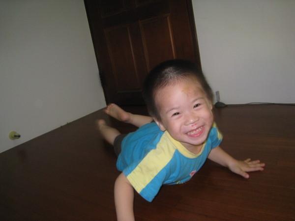 媽媽,來揍我啊。我躺在地上。