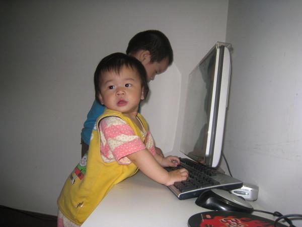 糟。哥哥跟我搶電腦了ㄌㄚˇ。。