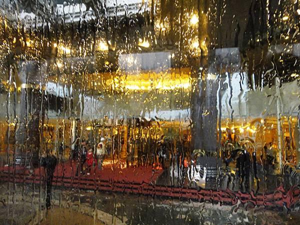 02-011.DSC04978 透過車玻璃拍的飯店門口.JPG
