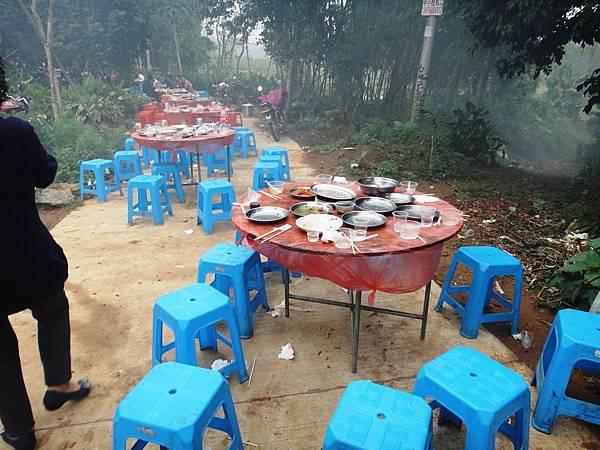 02-049.DSC05092 果然如之前所聞, 中國人是12點準時開桌, 即使主角沒到也照開不誤.JPG