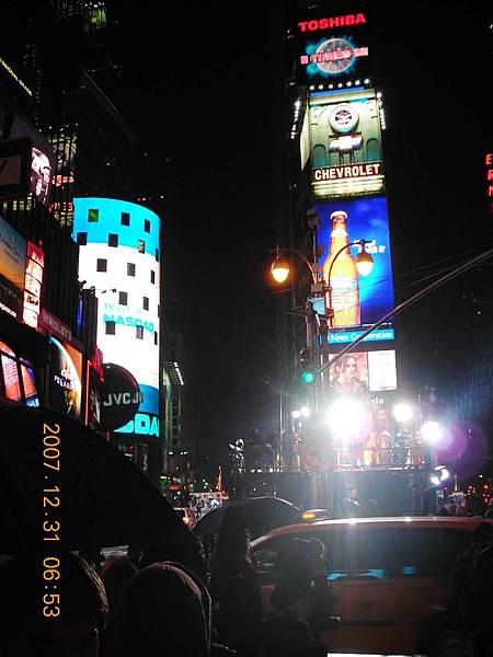 02084.DSCN1643 幾乎所有廣告都是大型的動態LED看板.jpg
