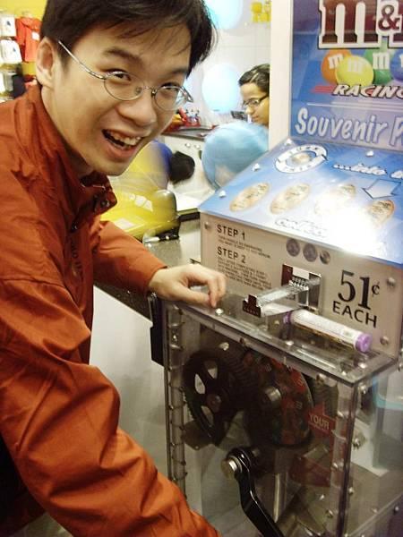 02096.SNV35622 還自己轉貌似當場製作樣,大約過幾年後,台灣也愈來愈多這樣的機器了.jpg