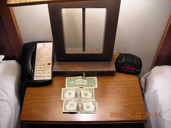 05002.DSCN2020 要離開飯店了留下3美元小費.jpg