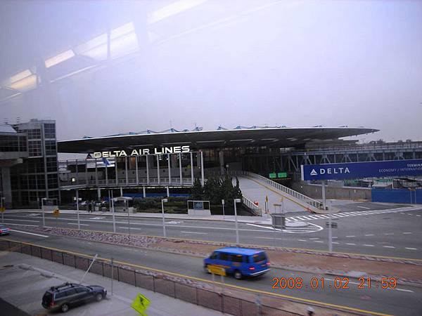 05011.DSCN2057 準備搭Delta的飛機至WDC, 所以我們要在Delta航廈下車.jpg