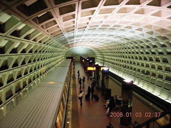 05017-1.DSCN2090 捷運站內部建築好特別.jpg