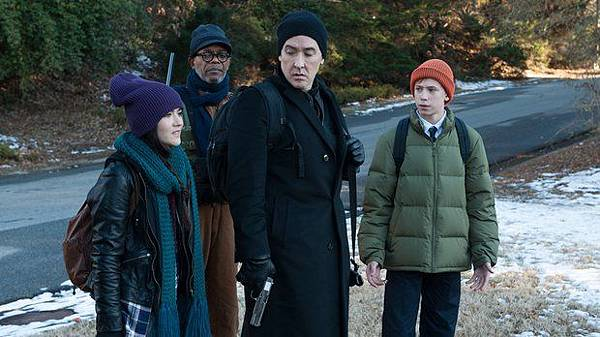 cell-movie-review-2016-john-cusack-samuel-l-jackson-stephen-king-adaptation.jpg