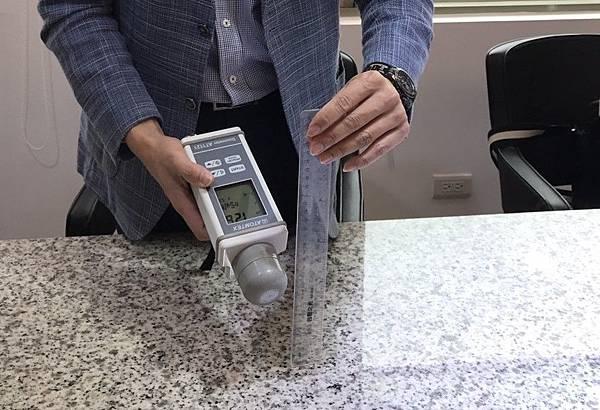 台北市石材公會與台灣區石礦製品工業同業公會耗資百萬,購置輻射檢測儀器自主管理。(石材公會提供)