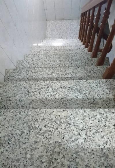 家裡樓梯鋪花崗岩石材二十年了很安全