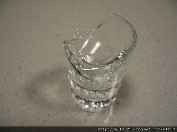 1000314破碎的酒杯