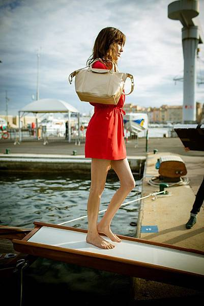 Alexa Chung手執Longchamp Le Pliage Cuir小羊皮摺疊包