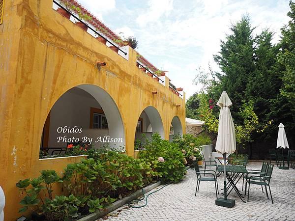 葡萄牙小鎮歐比都斯漂亮的餐廳後院