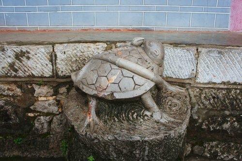 龜蛇纏繞的石雕