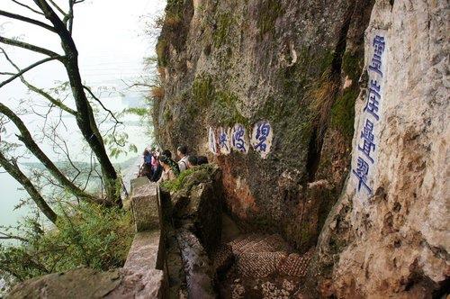 西山龍門位於西山森林公園、羅漢山崖峭壁上。