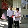 學務長頒發獎狀給得獎同學